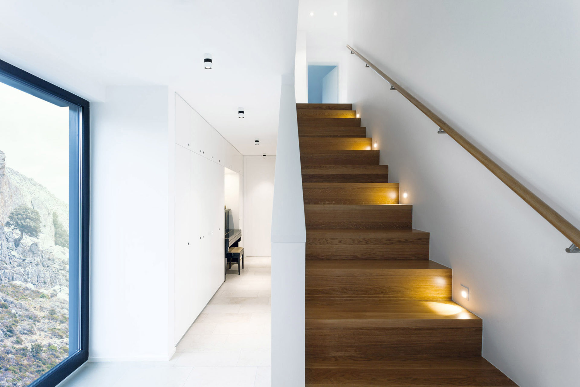 design-holz-treppe-beleuchtung-brumberg-modern-innenarchitektur